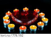 Красное сердце в окружении небольших свечей. Стоковое фото, фотограф Vitas / Фотобанк Лори