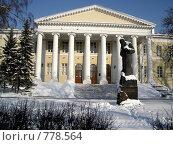 Купить «Памятник Ф.М. Достоевскому у главного здания Мариинской больницы», фото № 778564, снято 13 февраля 2006 г. (c) Losevsky Pavel / Фотобанк Лори