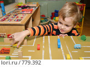 Купить «Мальчик играет машинками», фото № 779392, снято 21 сентября 2018 г. (c) Losevsky Pavel / Фотобанк Лори