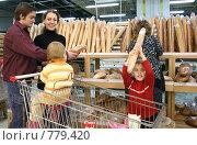 Купить «Семья в булочной», фото № 779420, снято 20 мая 2019 г. (c) Losevsky Pavel / Фотобанк Лори
