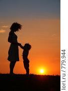 Купить «Мать и дочь на закате», фото № 779944, снято 22 февраля 2019 г. (c) Losevsky Pavel / Фотобанк Лори