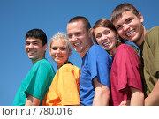 Купить «Молодые люди в разноцветных футболках», фото № 780016, снято 18 сентября 2019 г. (c) Losevsky Pavel / Фотобанк Лори