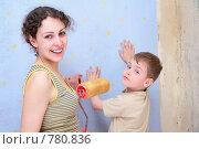 Купить «Мама и сын делают ремонт», фото № 780836, снято 19 апреля 2019 г. (c) Losevsky Pavel / Фотобанк Лори