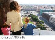 Мама и двое детей смотрят на Санкт-Петербург. Стоковое фото, фотограф Losevsky Pavel / Фотобанк Лори