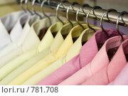 Одежда на вешалках в магазине. Стоковое фото, фотограф Здоров Кирилл / Фотобанк Лори