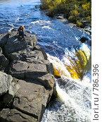 Девушка спускается вниз к бурлящей воде водопада. Стоковое фото, фотограф Кекяляйнен Андрей / Фотобанк Лори