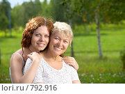 Купить «Мама с дочкой в летнем парке», фото № 792916, снято 15 июля 2008 г. (c) Raev Denis / Фотобанк Лори