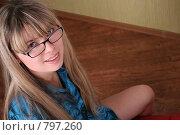 Купить «Улыбающаяся девушка в очках», фото № 797260, снято 5 февраля 2007 г. (c) Vdovina Elena / Фотобанк Лори