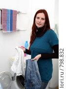 Купить «Девушка сортирует белье возле стиральной машинки», эксклюзивное фото № 798832, снято 9 апреля 2009 г. (c) Ирина Терентьева / Фотобанк Лори