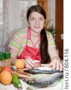 Девушка солит рыбу. Стоковое фото, фотограф Яков Филимонов / Фотобанк Лори
