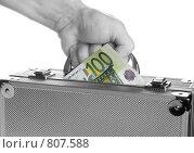 Купить «Рука человека держит чемоданчик с деньгами», фото № 807588, снято 13 апреля 2009 г. (c) Игорь Соколов / Фотобанк Лори