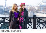 Две девушки  на набережной Москвы весной. Стоковое фото, фотограф Павкина Зоя / Фотобанк Лори