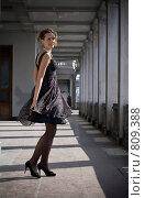 Девушка танцует в старинном здании. Стоковое фото, фотограф Павкина Зоя / Фотобанк Лори