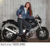 Девушка рядом с мотоциклом. Стоковое фото, фотограф Куликов Константин / Фотобанк Лори