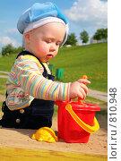Купить «Ребенок играет в песочнице», фото № 810948, снято 25 мая 2018 г. (c) Losevsky Pavel / Фотобанк Лори
