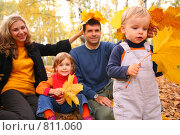 Купить «Семья в осеннем парке», фото № 811060, снято 23 февраля 2018 г. (c) Losevsky Pavel / Фотобанк Лори