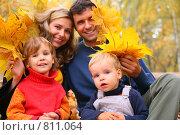 Купить «Семья в осеннем парке», фото № 811064, снято 24 мая 2018 г. (c) Losevsky Pavel / Фотобанк Лори