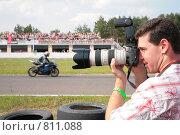 Купить «Фотограф на мотогонках», фото № 811088, снято 15 октября 2018 г. (c) Losevsky Pavel / Фотобанк Лори