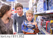 Купить «Мальчик с родителями выбирают игрушку», фото № 811952, снято 18 августа 2019 г. (c) Losevsky Pavel / Фотобанк Лори