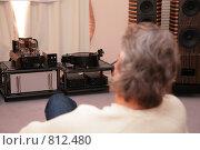 Купить «Мужчина слушает музыку», фото № 812480, снято 23 марта 2019 г. (c) Losevsky Pavel / Фотобанк Лори