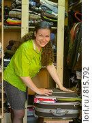 Купить «Женщина укладывает в чемодан вещи с целью хранения их в шкафу», фото № 815792, снято 18 апреля 2009 г. (c) Кекяляйнен Андрей / Фотобанк Лори
