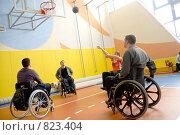 Купить «Колясочники разминаются перед игрой в баскетбол», эксклюзивное фото № 823404, снято 1 июня 2006 г. (c) Сайганов Александр / Фотобанк Лори