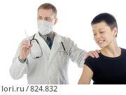 Купить «Рыжий доктор в маске готовится сделать укол коротко остриженной девушке в черной футболке. Белый фон», фото № 824832, снято 8 февраля 2009 г. (c) Надежда Щур / Фотобанк Лори