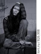 Бедная грязная девушка сидит на старом стуле. Стоковое фото, фотограф Кувшинников Павел / Фотобанк Лори