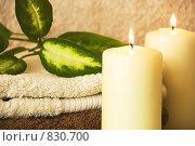 Две горящих свечи и полотенца. Стоковое фото, фотограф Марина Субочева / Фотобанк Лори
