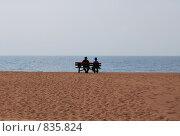 Двое на пустынном берегу. Стоковое фото, фотограф Елена Реднева / Фотобанк Лори