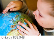 Купить «Мальчик разглядывает глобус», фото № 838948, снято 22 июня 2006 г. (c) Юлия Сайганова / Фотобанк Лори