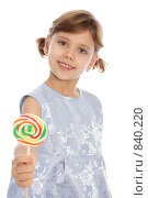 Купить «Девочка держит разноцветный леденец в руке», фото № 840220, снято 30 декабря 2008 г. (c) Вадим Пономаренко / Фотобанк Лори