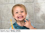 Маленький мальчик показывает свои белые зубы. Стоковое фото, фотограф Beniamin  Gelman / Фотобанк Лори