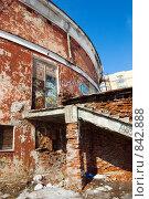 Купить «Здание старого цирка с граффити, подарок детям», фото № 842888, снято 21 января 2018 г. (c) Александр Fanfo / Фотобанк Лори