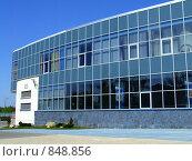 Угол стеклянного офисного здания (2005 год). Редакционное фото, фотограф Александр Давыдов / Фотобанк Лори