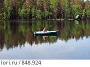 Рыбак в лодке на середине озера. Стоковое фото, фотограф Елена Реднева / Фотобанк Лори