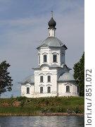 Православный храм на берегу озера Селигер. Стоковое фото, фотограф Инна Додица / Фотобанк Лори