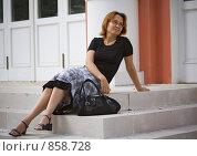 Улыбающаяся девушка сидит на ступенях. Стоковое фото, фотограф Алексей Ледовской / Фотобанк Лори
