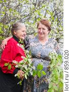 Купить «Две пожилые женщины с ветками черемухи», эксклюзивное фото № 859020, снято 7 мая 2009 г. (c) Майя Крученкова / Фотобанк Лори