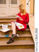 Купить «Абитуриентка перед поступлением в институт», фото № 864968, снято 5 мая 2009 г. (c) Олег Тыщенко / Фотобанк Лори