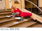 Купить «Студентка сидит возле университета и готовится к экзаменам», фото № 865016, снято 5 мая 2009 г. (c) Олег Тыщенко / Фотобанк Лори