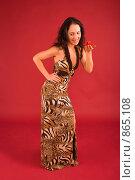Купить «Молодая женщина в элегантном платье держит на руке заколку-бабочку», фото № 865108, снято 25 февраля 2009 г. (c) Олег Тыщенко / Фотобанк Лори