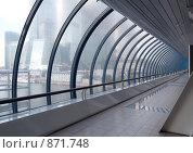Купить «Стеклянный коридор в современном офисном центре», фото № 871748, снято 10 июля 2008 г. (c) Сергей Плахотин / Фотобанк Лори