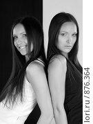 Купить «Девушки-близнецы радуются и грустят», фото № 876364, снято 22 апреля 2009 г. (c) Кувшинников Павел / Фотобанк Лори