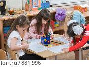 Купить «Девочки рисуют в детском саду», фото № 881996, снято 5 мая 2009 г. (c) Федор Королевский / Фотобанк Лори