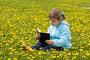 Маленькая девочка читает книгу на зеленой лужайке, фото № 882940, снято 23 мая 2009 г. (c) Вадим Пономаренко / Фотобанк Лори