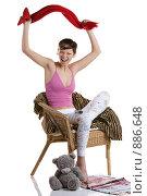 Купить «Девушка сидит в кресле перед телевизором и машет красным шарфом», фото № 886648, снято 26 марта 2009 г. (c) Кувшинников Павел / Фотобанк Лори