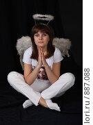 Купить «Девушка-ангел на черном фоне», фото № 887088, снято 3 мая 2009 г. (c) Евгений Батраков / Фотобанк Лори