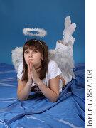 Купить «Девушка в костюме ангела», фото № 887108, снято 3 мая 2009 г. (c) Евгений Батраков / Фотобанк Лори
