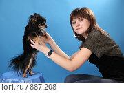Купить «Девушка с собачкой на голубом фоне», фото № 887208, снято 3 мая 2009 г. (c) Евгений Батраков / Фотобанк Лори